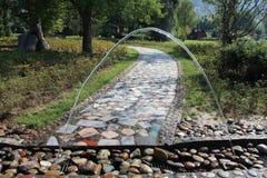后边弧执行路径环形石头结构树水 库存图片