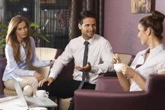 后运作在旅馆大厅或酒吧的Businessteam 免版税库存照片