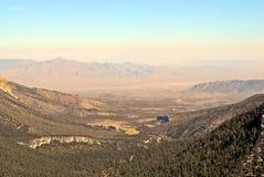 后退入沙漠的峡谷 免版税图库摄影