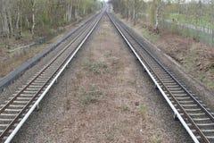 后退入距离的两条火车线看法  免版税库存照片