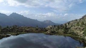 后退在清楚的蓝色湖和松木上在日落夏日 欧洲意大利阿尔卑斯瓦尔d `奥斯塔室外绿色 股票视频