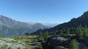 后退在清楚的蓝色湖和松木上在晴朗的夏日 欧洲意大利阿尔卑斯瓦尔d `奥斯塔室外绿色 影视素材