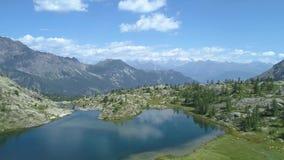 后退在清楚的蓝色湖和松木上在晴朗的夏日 欧洲意大利阿尔卑斯瓦尔d `奥斯塔室外绿色 股票录像
