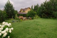 后院与壁炉和家具的露台地区 绿党地区 免版税图库摄影