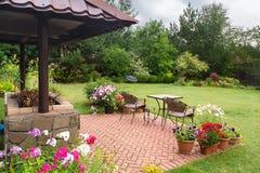 后院与壁炉和家具的露台地区 绿党地区 库存照片