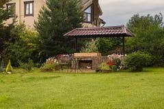 后院与壁炉和家具的露台地区 免版税图库摄影