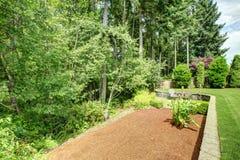 后院与绿色地带的风景设计 免版税图库摄影