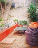 后院在我们的房子在戛纳,喝的一个平安的区域里与朋友 免版税库存图片
