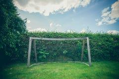 后院在绿色草坪的足球目标 免版税库存图片