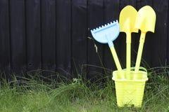 后院庭院从事园艺的孩子工具箱 免版税库存图片