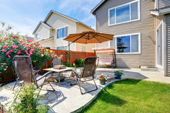 后院庭院和露台区域的美好的风景设计 免版税库存图片