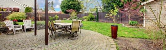 后院扔石头的pation区域 免版税库存照片