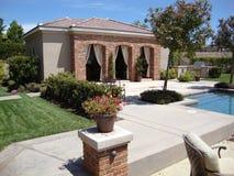 后院美丽的小屋池 免版税库存图片