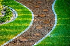 后院草坪喷水隆头 免版税库存照片