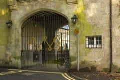 后院附录被成拱形的门户对曼格的城镇厅庭院在北爱尔兰现在开放作为咖啡店 免版税库存照片