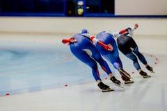 后面三女子运动员速度溜冰者 免版税库存图片