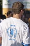 后面佩带的白色世界粮食方案T恤杉的人 免版税库存照片