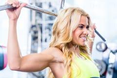 后面健身训练的女孩在健身房 图库摄影