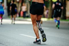 后面女性赛跑者伤残 免版税库存图片