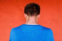 后面姿势,年轻人照片朝前看 他感觉羞辱 他是单独的并且掩藏他的面孔 免版税库存照片