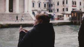 后面拍在长平底船游览的看法激动的活跃更老的白种人旅游妇女智能手机照片在威尼斯旅行 股票录像