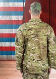 从后面的战士反对美国国旗 库存照片