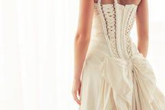 从后面的新娘束腰 免版税库存照片