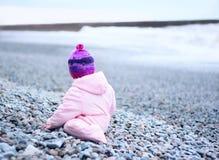 从后面的婴孩在海滩 库存图片