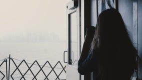 后面看法年轻女性新闻工作者在船上一条轮渡到拍与一台专业照相机的曼哈顿海岛照片 影视素材