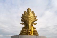 后面看法,与九的菩萨雕象朝向蛇 库存照片