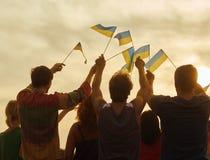 后面看法,乌克兰人民剪影有旗子的 库存照片