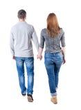 后面看法去的夫妇 举行h的走的友好的女孩和人 库存图片