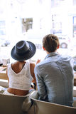 从后面看的可爱的夫妇在咖啡馆的街道上 库存照片