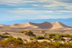 后面蓝色加利福尼亚centro县离开形成皇家最近的沙子天空平稳的南部的风暴的沙丘el 免版税图库摄影