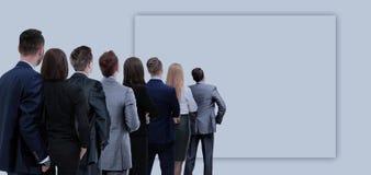 后面观点的一个小组企业队 背景查出的白色 库存照片