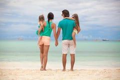 后面观点的与两个女儿的美丽的家庭 免版税图库摄影