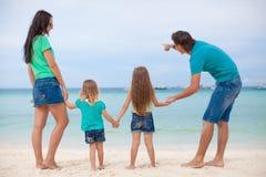 后面观点的与两个孩子的美丽的家庭在 免版税库存照片