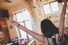 后面观点的咖啡馆的欣喜女孩 库存照片