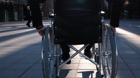 后面观点的在现代玻璃大厦前面的一个残疾人生意的 股票视频
