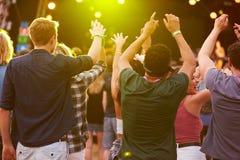 后面观点的在音乐节的观众 免版税库存照片
