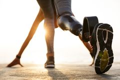 后面观点的有义肢腿的残疾运动员妇女 免版税图库摄影