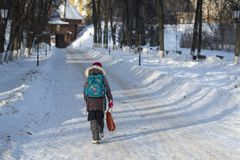 后面观点的有背包的女孩 免版税库存图片