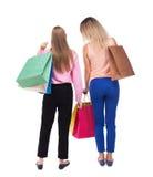 后面观点的有购物袋的两名妇女 免版税库存图片