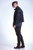 后面观点的皮夹克的一个年轻时尚人 库存图片