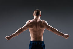 后面观点的肌肉年轻人显示 图库摄影