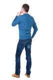 后面观点的蓝色套头衫的英俊的人 库存照片