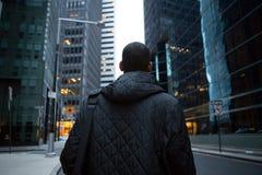 后面观点的年轻非裔美国人的专家在城市 免版税库存图片