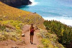 后面走下来到Macizo的de Anaga海的看法年轻女性徒步旅行者在特内里费岛 库存图片