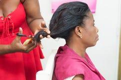 后面头发的Adjustement 免版税库存图片