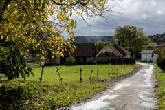 向一个小村庄的路 库存照片
